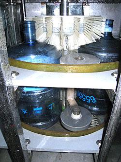 华顺r系列全自动桶装生产线:专供5加仑桶装饮用水
